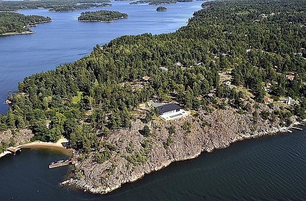 James-Bond-House-Stunning-Swedish-Villa-With-Lake-Views-11